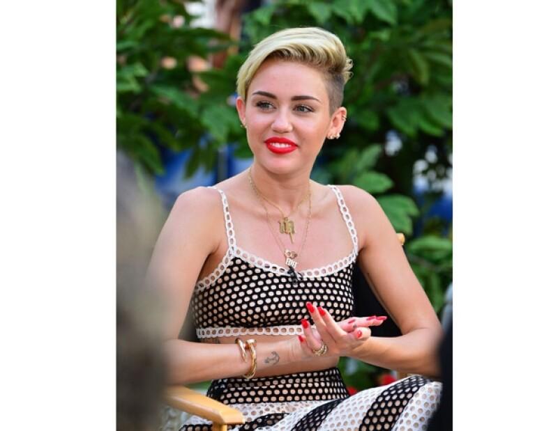 La cantante se encuentra en Alemania y ahí dijo en broma, que se tatuaría su mejilla izquierda el nombre del rapero.