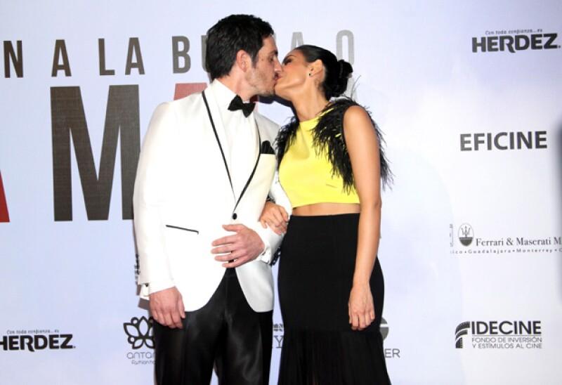 ¡Besazo! Aislinn y Mauricio no dudaron en demostrarse su amor en la alfombra roja de la película que protagonizan juntos.