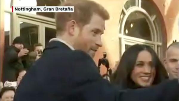 El príncipe Enrique y Meghan Markle reciben baño de popularidad