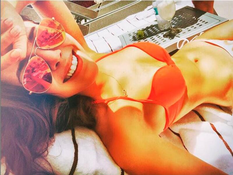 La actriz y cantante de 20 años presumió en sus redes sociales una fotografía en la que la vemos ejercitando su sexy cuerpo.