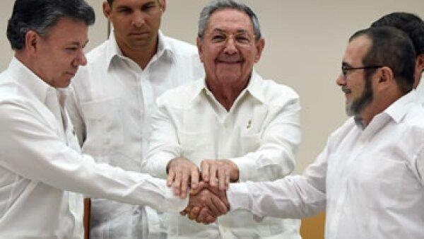 El presidente de Colombia Juan Manuel Santos (izquierda), el mandatario cubano Raúl Castro y el jefe de las Farc Timoleón Jiménez. (Foto: AFP )