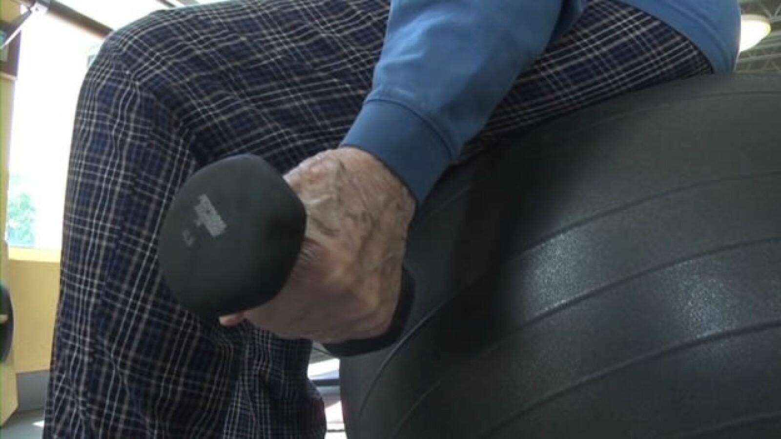hombre de 103 años se ejercita