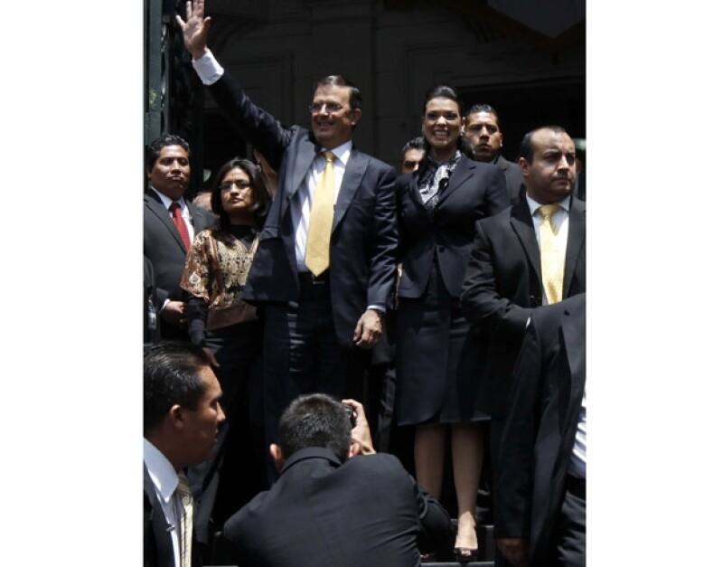 La pareja fue vitoreada a las afueras de la Asamblea Legislativa, donde el mandatario capitalino rindió su quinto informe de gobierno.