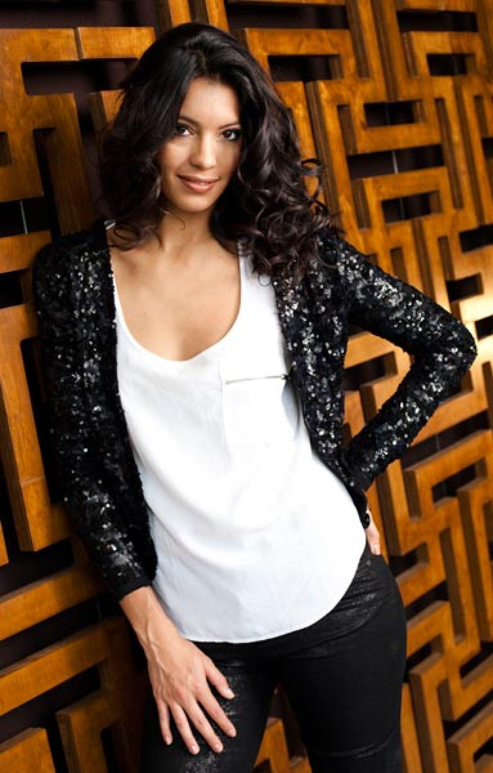 Vestuario. Shorts, jeans y vestido: Vivienne Westwood para Magistral/  Chamarra, torera, botas y camisa negra, Rapsodia.