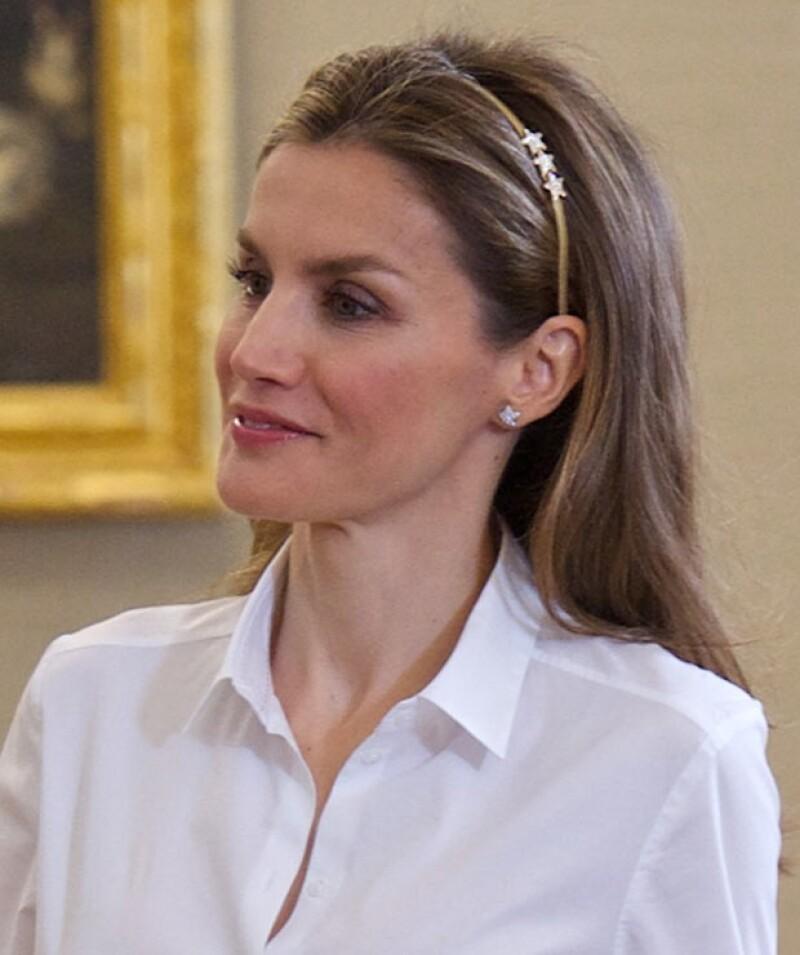 Este accesorio restó seriedad al look de Letizia de Asturias, quizá su objetivo fue dar un toque divertido a su outfit.