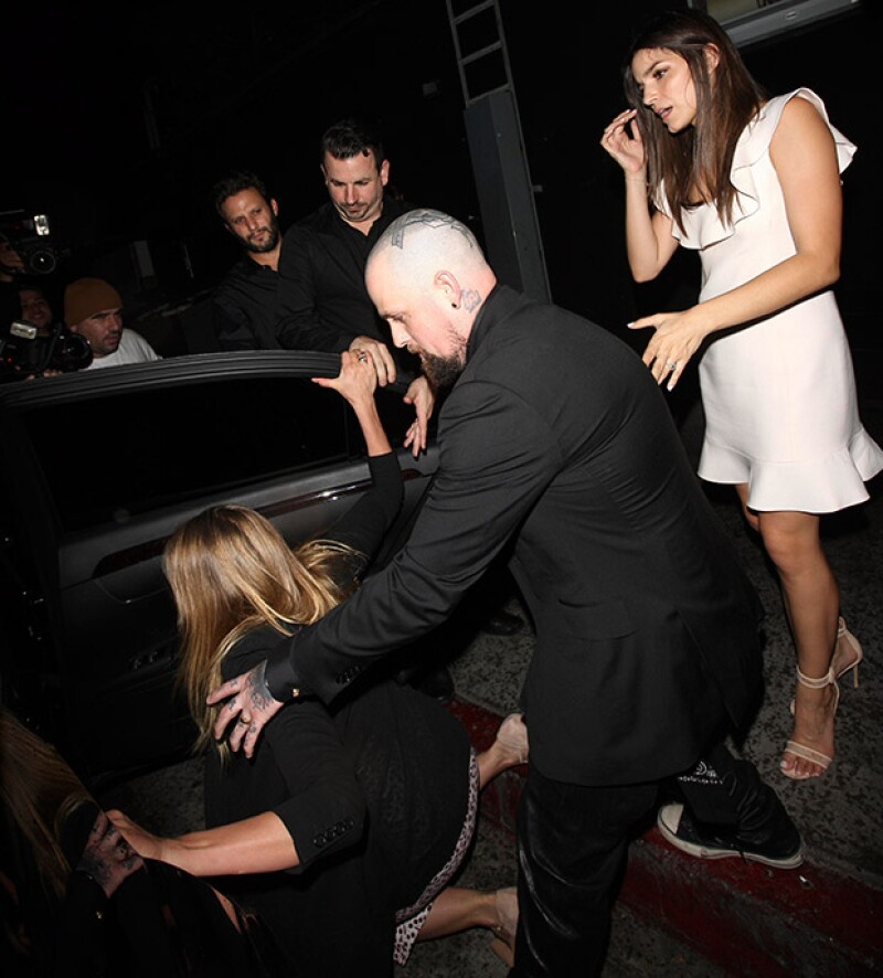 La actriz de 43 años cayó al suelo cuando intentaba evadir a los fotógrafos que la esperaban afuera de un restaurante en West Hollywood.