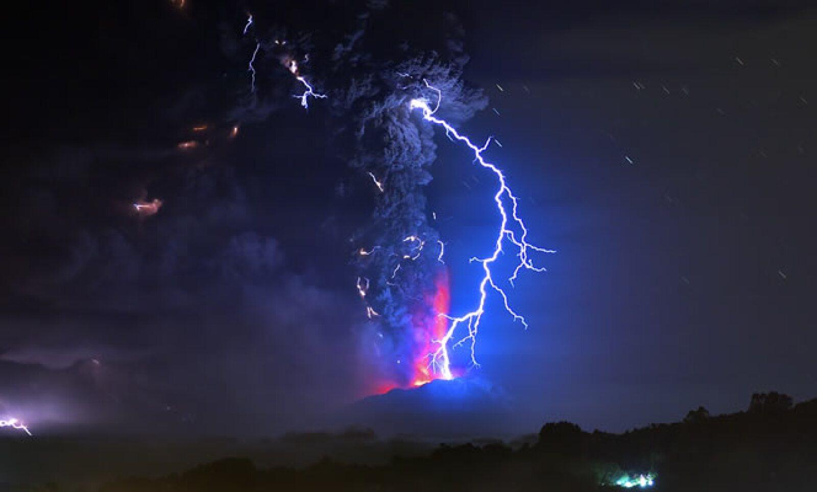 El volcán Calbuco, en el sur de Chile, registró dos violentas y sorpresivas erupciones entre el miércoles y el jueves, obligando a evacuar a casi 5,000 personas.