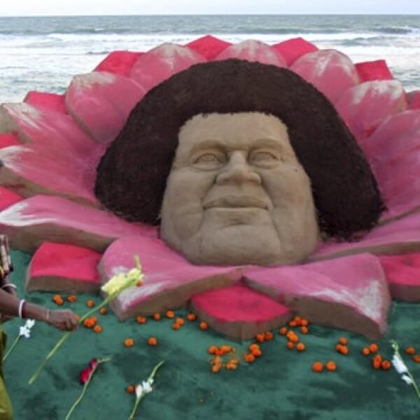 escultura de sai baba hecha de arena