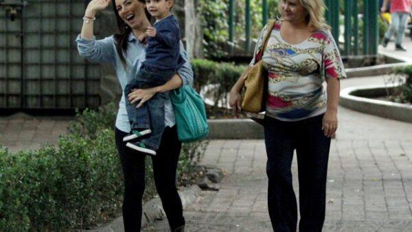 La guapa conductora y su hijo fueron captados este fin de semana mientras paseaban por calles de la Ciudad de México.