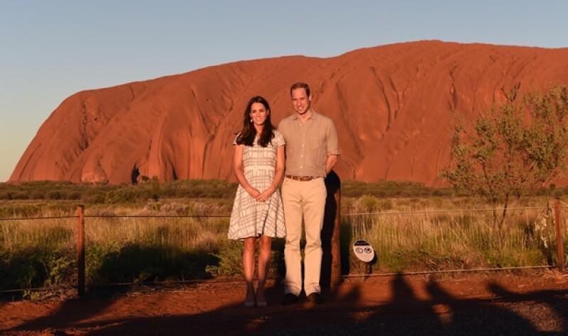 Los Duques de Cambridge visitaron uno de los lugares más famosos, el Parque Nacional Uluru-Kata Tjuta y posaron frente al Ayers Rock como lo hicieran los papás del Príncipe hace 31 años.