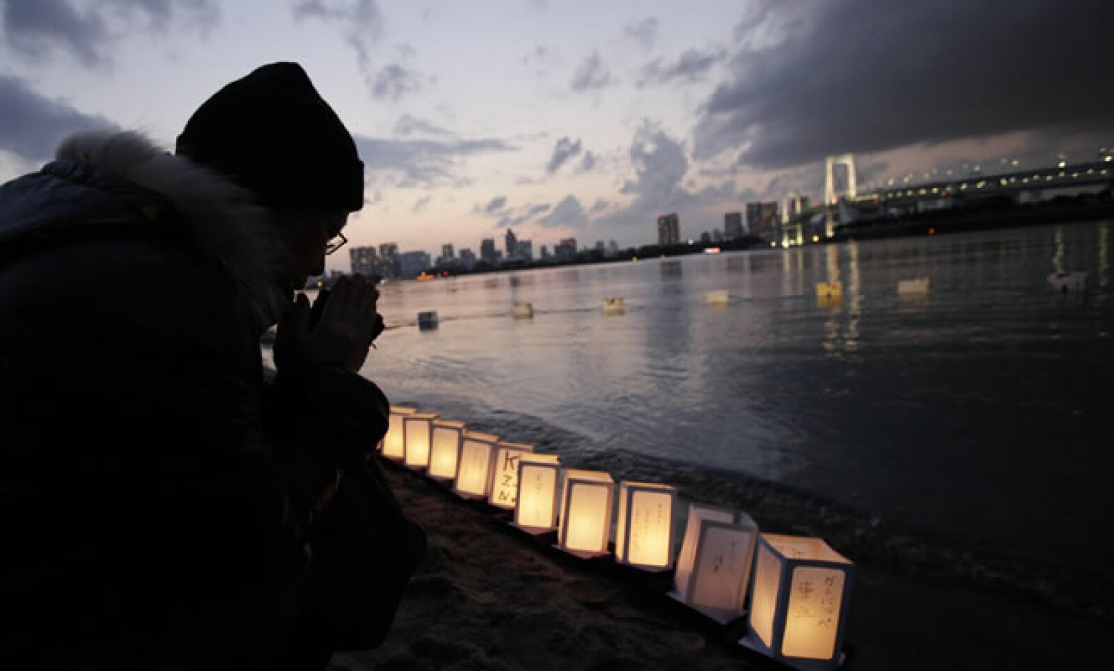 Agentes de Policía y la guardia costera siguen la búsqueda de restos de desaparecidos, pese a la disminución de las posibilidades de encontrar alguno.