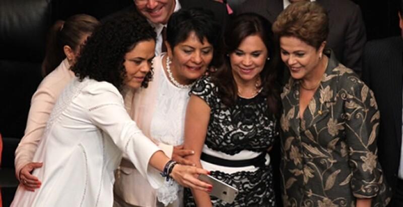 selfie de senadoras con Dilma Roussef