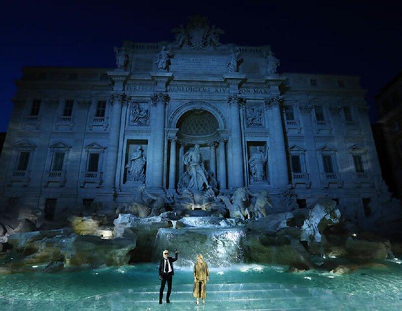 ¡Caminar sobre agua! La Fuente de Trevi en Roma fue la locación para la Alta Costura Fall 2016 de Fendi.