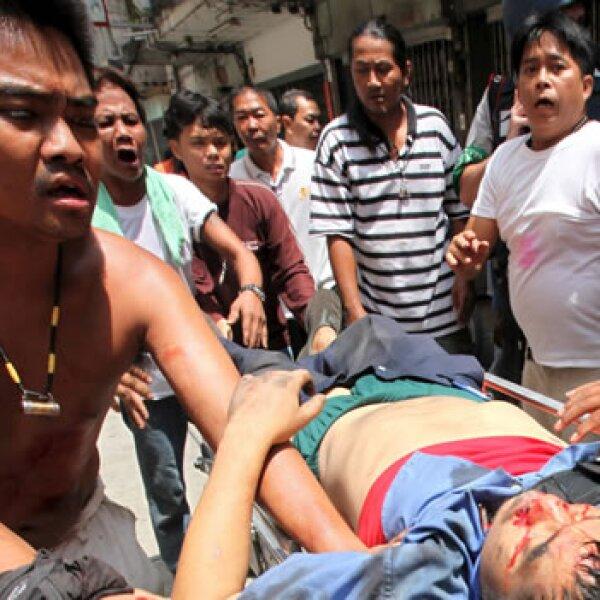 Manifestantes trasladan a uno de los heridos