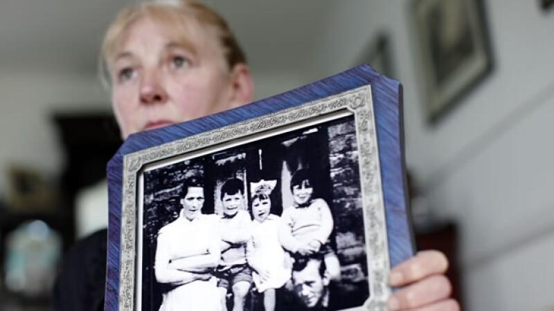 Helen McKendry, hija mayor de la mujer asesinada Jean McConville, sostiene una foto de la familia