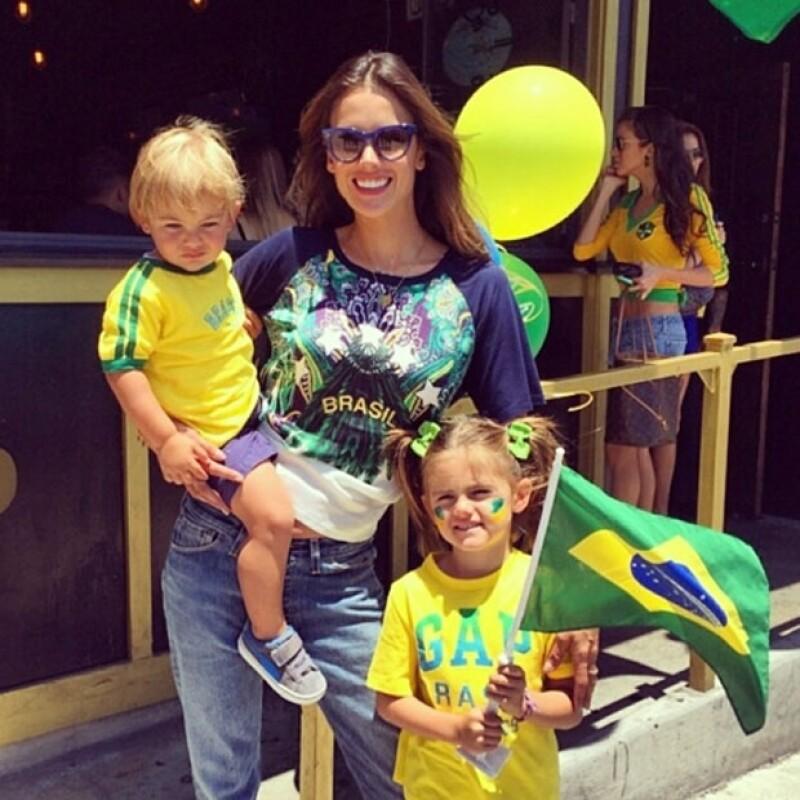 Alessandra es fan del futbol, sobre todo ahora que juega su equipo y el Mundial es en su país.