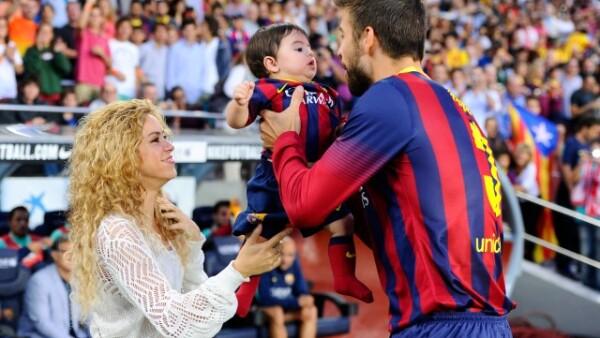 Gerard no se limitó a saludar a su familia a lo lejos sino que se acercó a cargar por un momento a su primogénito.