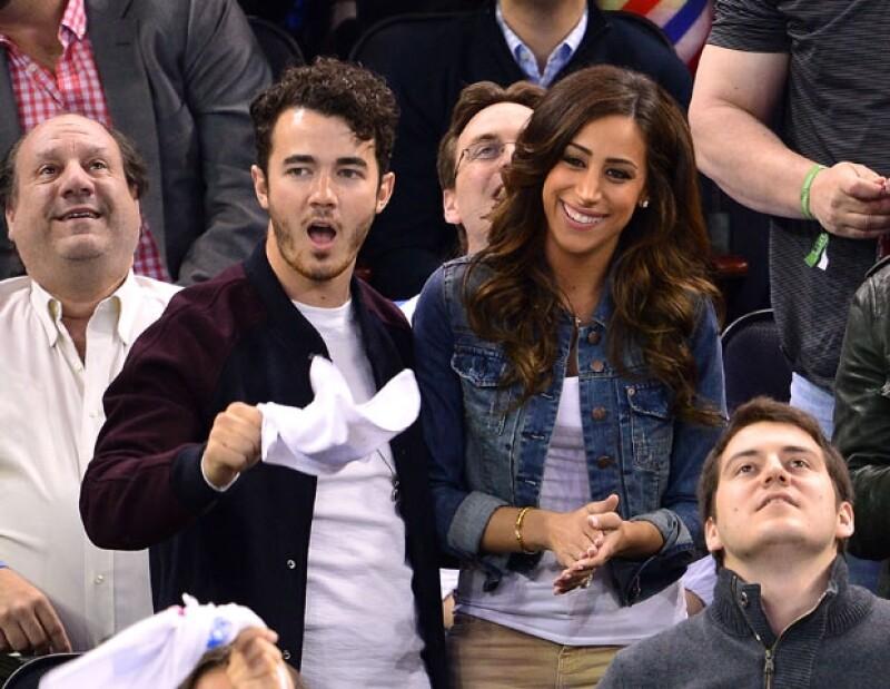 """El integrante de los """"Jonas Brothers"""" y Danielle finalmente se convertirán en papás, la noticia la dio el cantante en exclusiva para E!News."""