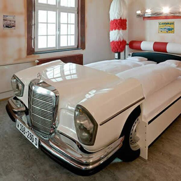 Cuenta con cuatro habitaciones individuales, 19 habitaciones dobles, una suite y 10 habitaciones temáticas, diseñadas para impresionar a los entusiastas de los autos.