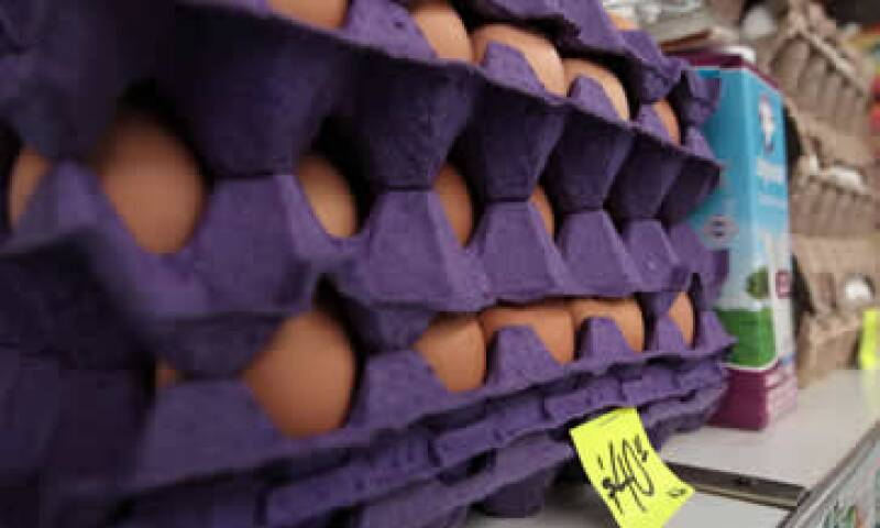 Avicultores dicen que el alza del dólar sí impacta en los costos de los granos para alimentar a las gallinas. (Foto: Notimex )
