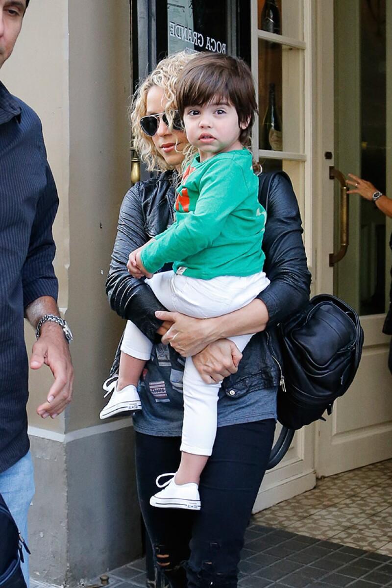 La cantante fue vista con su familia a las afueras de un restaurante en Barcelona, siendo Piqué el que no estuviera presente en el festejo.
