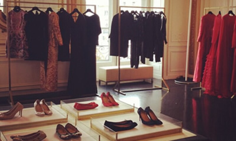 Valentino, la marca de alta moda italiana adquirió fama global gracias a sus característicos vestidos de chiffón rojo. (Foto tomada de twitter.com/MaisonValentino)