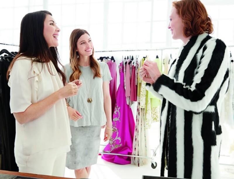 Jessica Biel y la estilista Estee Stanley en la sesión de fotos para la colección de Atlas con Karen Elson.