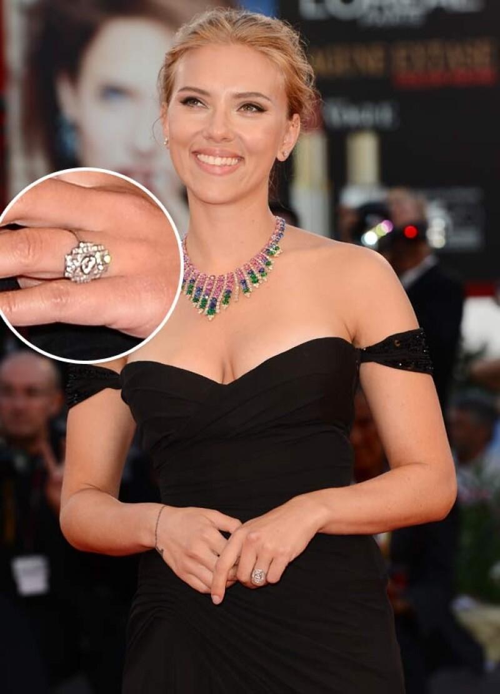 Este fue el anillo que presuimió Scarlett el año pasado durante el Festival de Cine de Venecia.