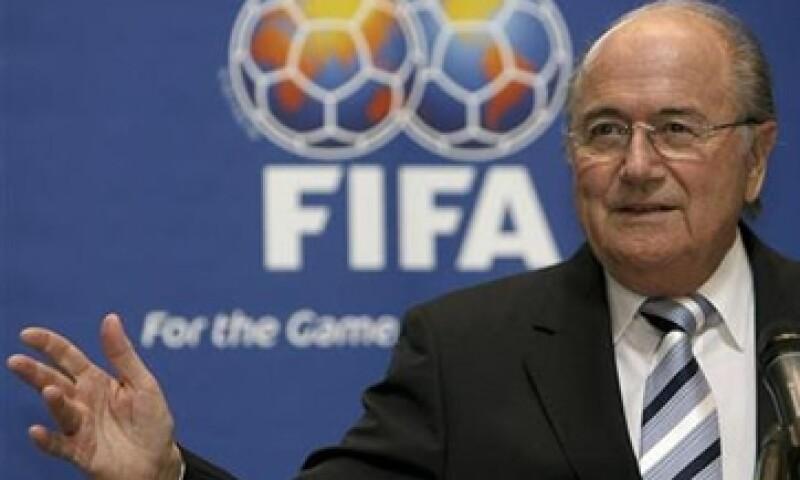 La FIFA, dirigida por Joseph Blatter, implementó en 2010  un sistema electrónico para tratar de erradicar el lavado de dinero en la transferencia de futbolistas.(Foto: Reuters)
