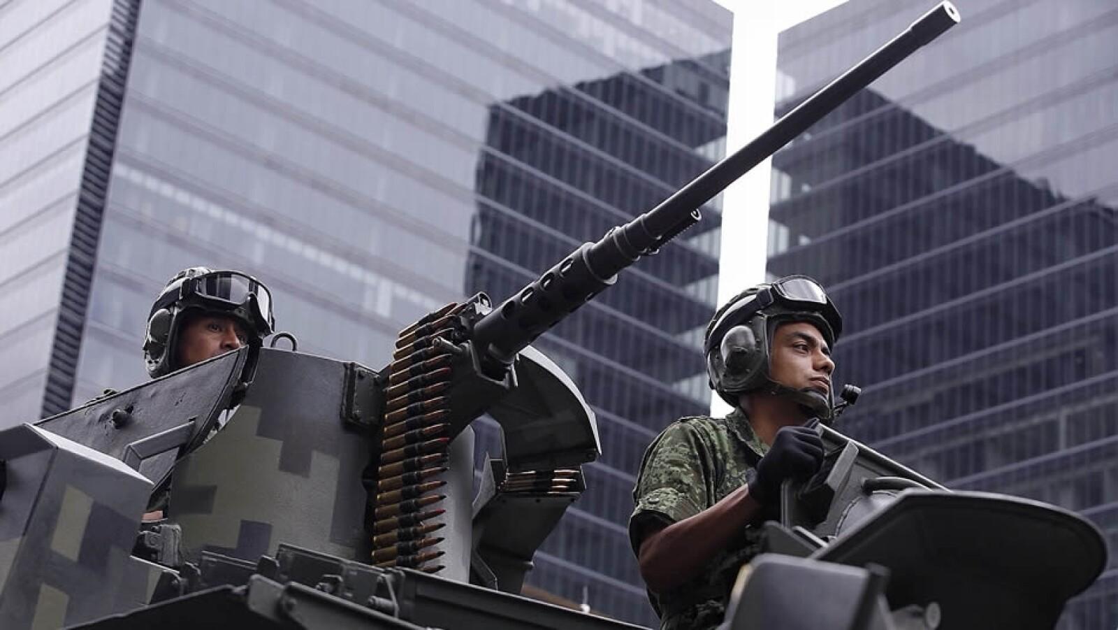 Elementos del ejército mexicano exhibiendo su artillería en la Ciudad de México