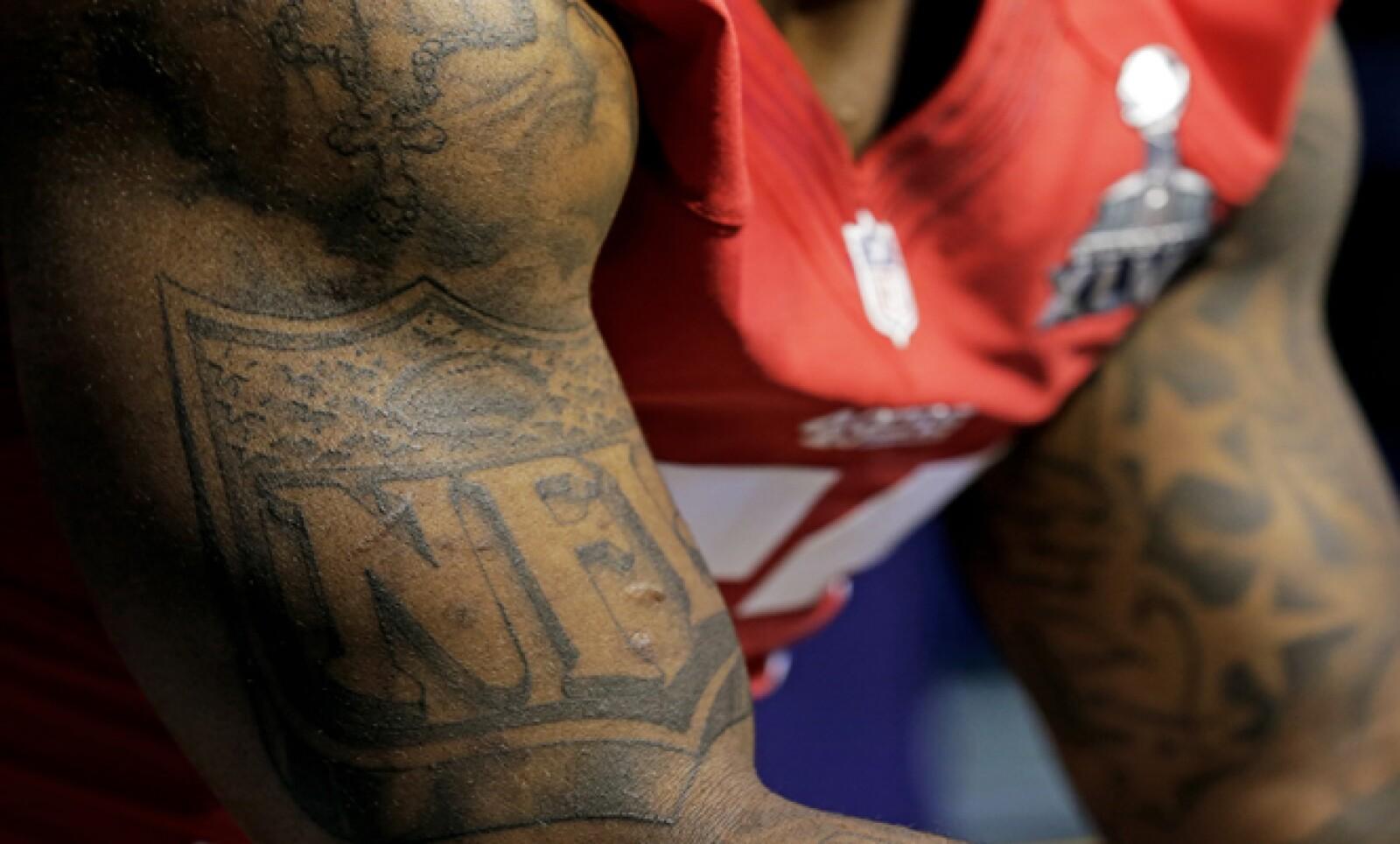 NaVorro Bowman, linebacker del equipo de San Francisco, tiene tatuado el logo oficial de la NFL.