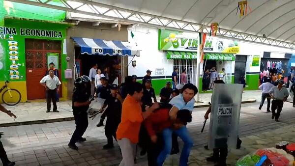 """Arrastran en camioneta a alcalde de Chiapas por """"incumplir"""" promesas de campaña"""