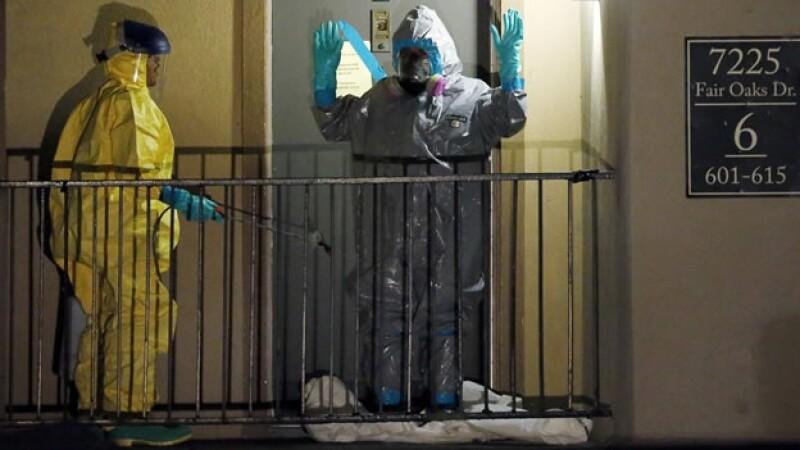 Trabajadores de salud inspeccionan el departamento del único paciente infectado con ébola en Estados Unidos