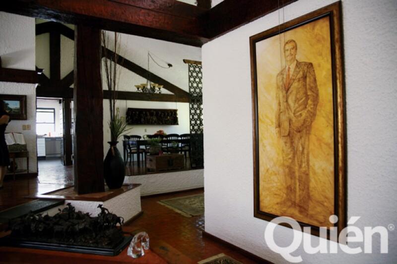 En la sala principal cuelga un gran retrato de Fox y otro de él y Marta. Las fotos que adornan la planta baja son, en su mayoría, de la pareja desde que Vicente se hizo presidente hasta la fecha.