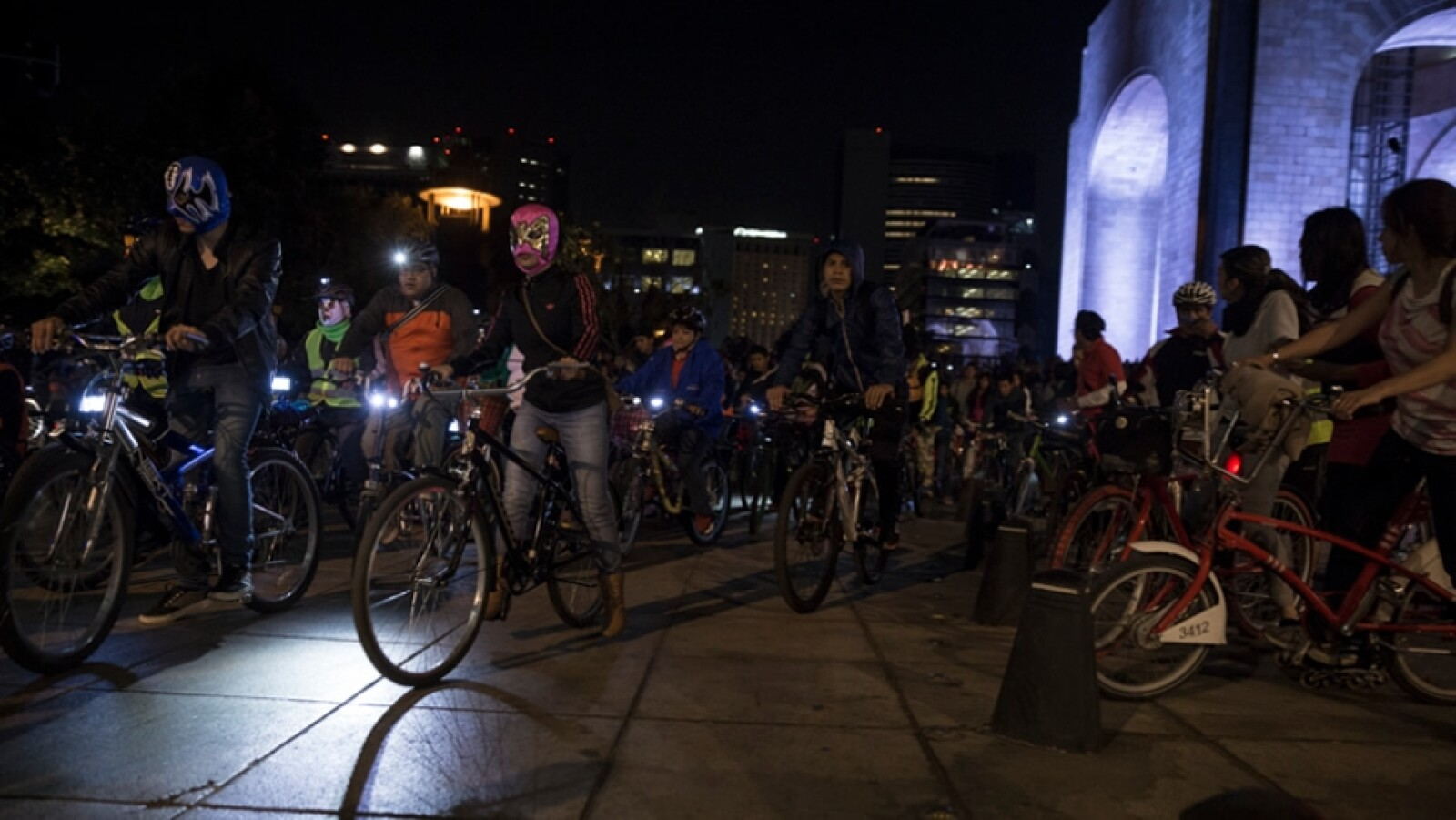 ciclistas con mascara de luchadores