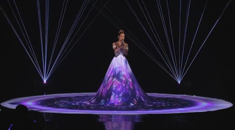 Con un novedoso show de luces e imágenes que se proyectaban en su vestido, la cantante impresionó al interpretar el tema.
