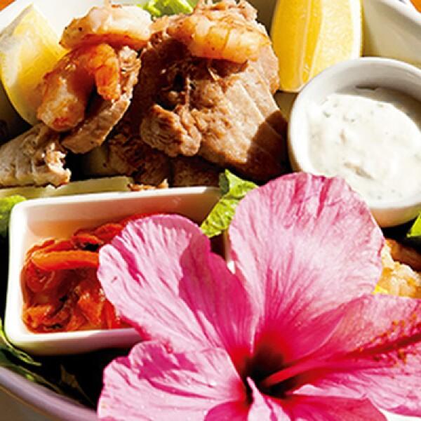 Para degustar Casi al borde del mar, está el restaurante Miró, que ofrece exquisitos platillos con presentación original y los decora con ayuda de coloridas flores locales, como la ensalada Mar y Tierra.
