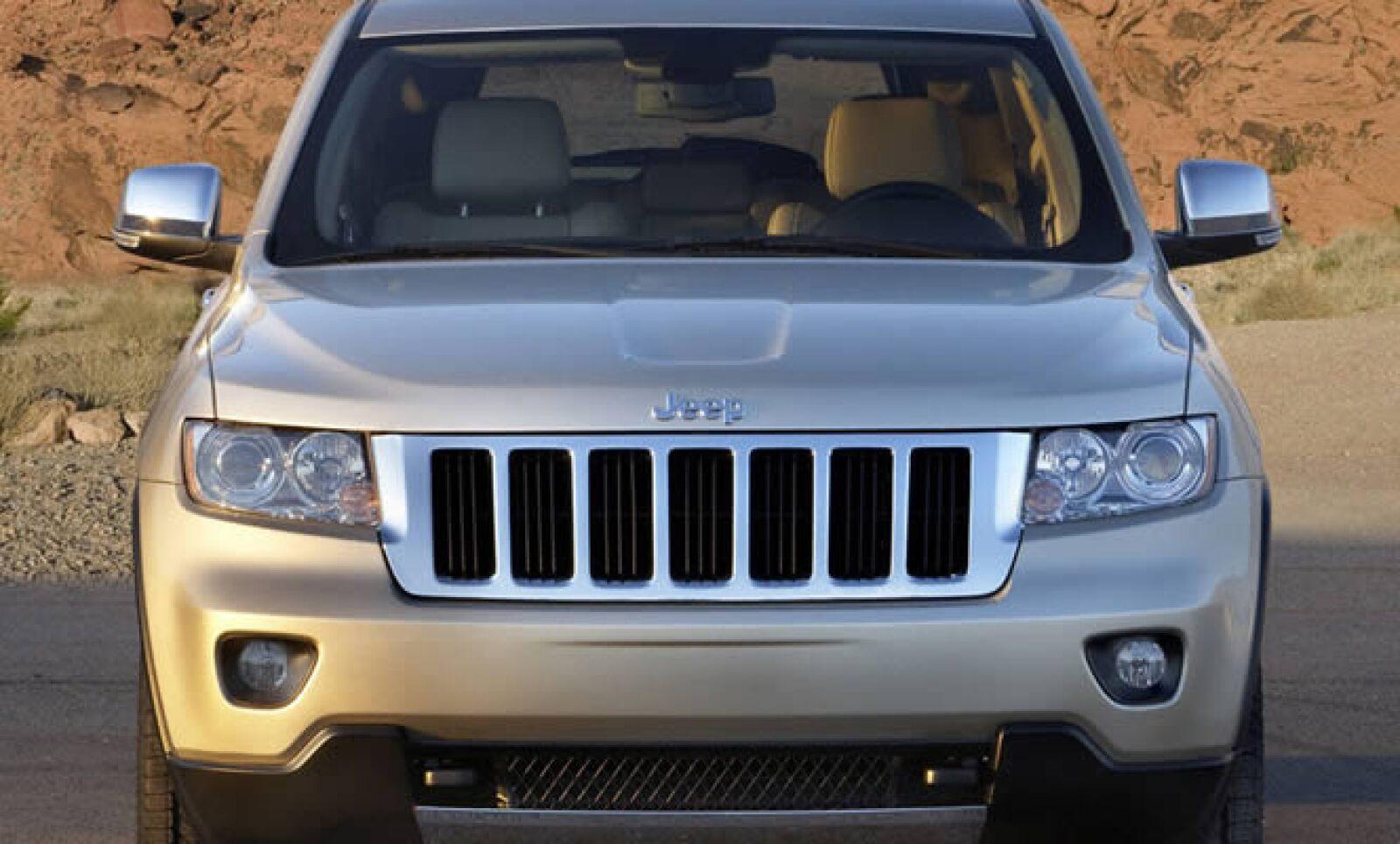 La transmisión es automática de cinco relaciones con modo manual y, en el caso de las variantes V8 más equipadas, la tracción es 4x4.