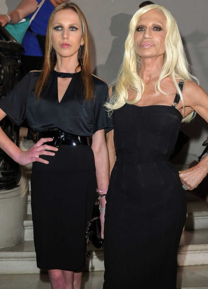 Allegra junto a su madre, Donatella, en una red carpet.