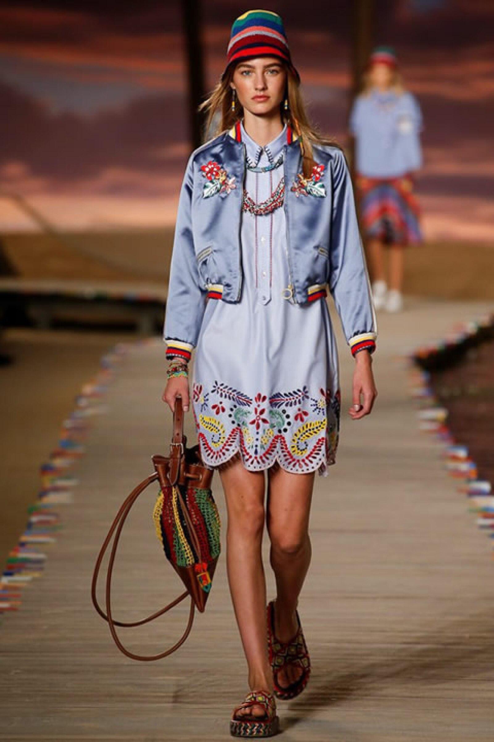 Bomber de seda azul sobre vestido tipo camisa bordado. Mochila de crochet y sandalias tipo alpargatas.