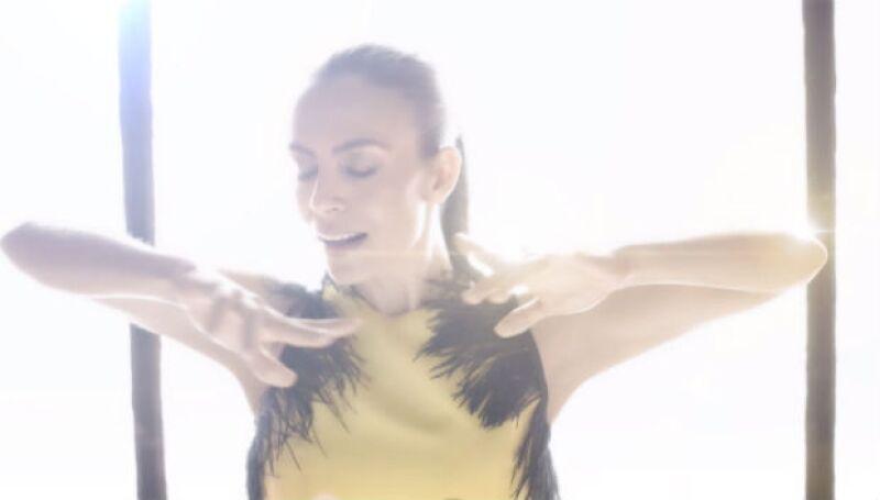 Sasha en un still de su nuevo video Todo Tiene su Lugar.