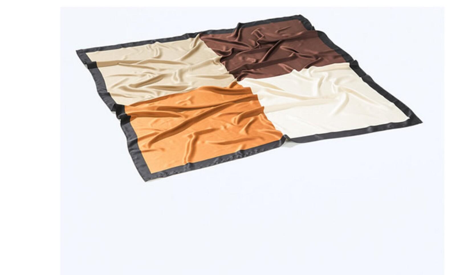 Una mascada es un accesorio que puede hacer de una blusa sencilla una prenda elegante y atractiva.