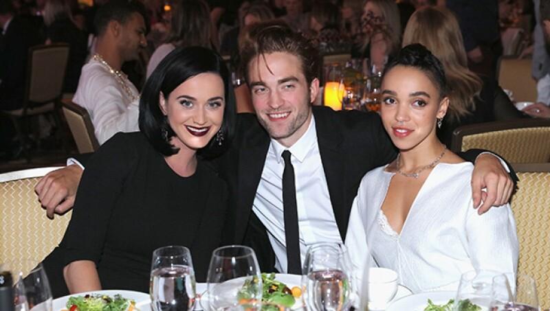 Katy Perry, Robert Pattinson y FKA Twigs posaron muy sonrientes para los fotógrafos.