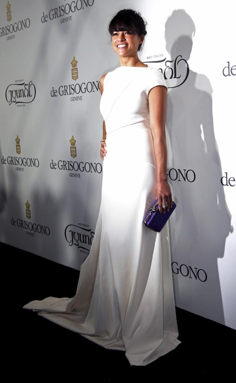 La actriz de 36 años lució sofisticada con este minimalista diseño.