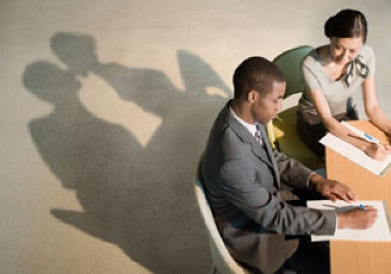Expertos recomiendan tener cuidado con los romances en el trabajo para evitar poner en riesgo la relación laboral. (Foto: Jupiter Images)