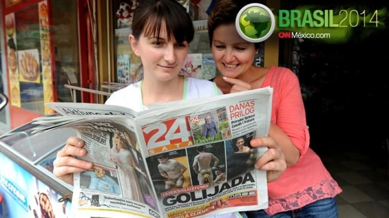 Mujeres revisan el periodico 24 Sata croatas desnudos