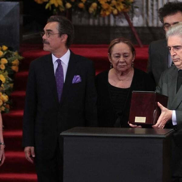 En medio de aplausos fueron recibidas las cenizas del escritor Gabriel García Márquez a su llegada al Palacio de Bellas Artes