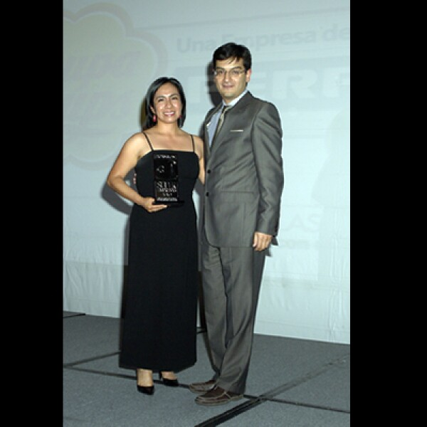 Adolfo Ortega, editor adjunto de la revista Expansión, entregó a la representante de Chupa Chups su premió por haber obtenido el lugar 38 de las empresas con menos de 500 empleados.
