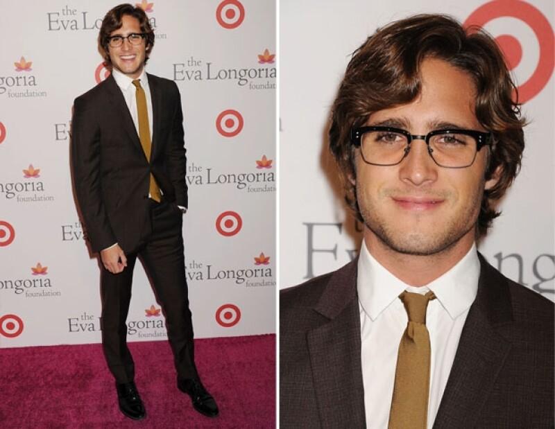 El actor de 22 años posó sonriente para la alfombra roja del evento que se llevó a cabo en Hollywood, California.