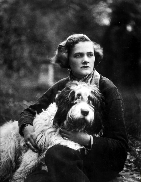 Daphne Du Maurier with dog